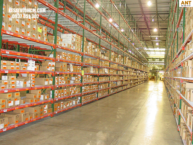 Kho hàng giúp lưu trữ hàng hóa