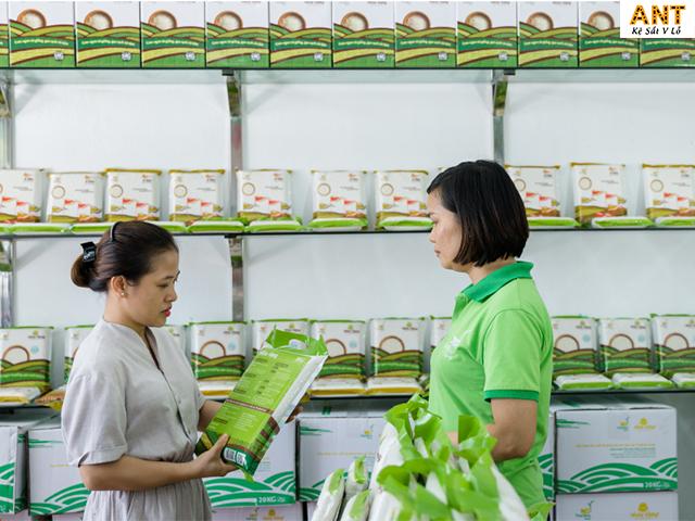 Kệ phối kính dùng để trưng bày gạo trong cửa hàng