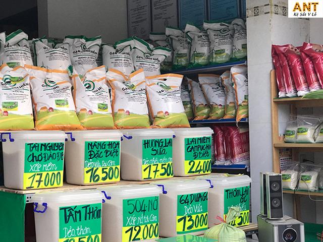 Kệ trưng bày gạo giúp tiết kiệm không gian