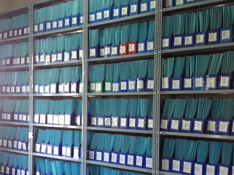 Sắp xếp tài liệu chất lượng lên kệ hồ sơ